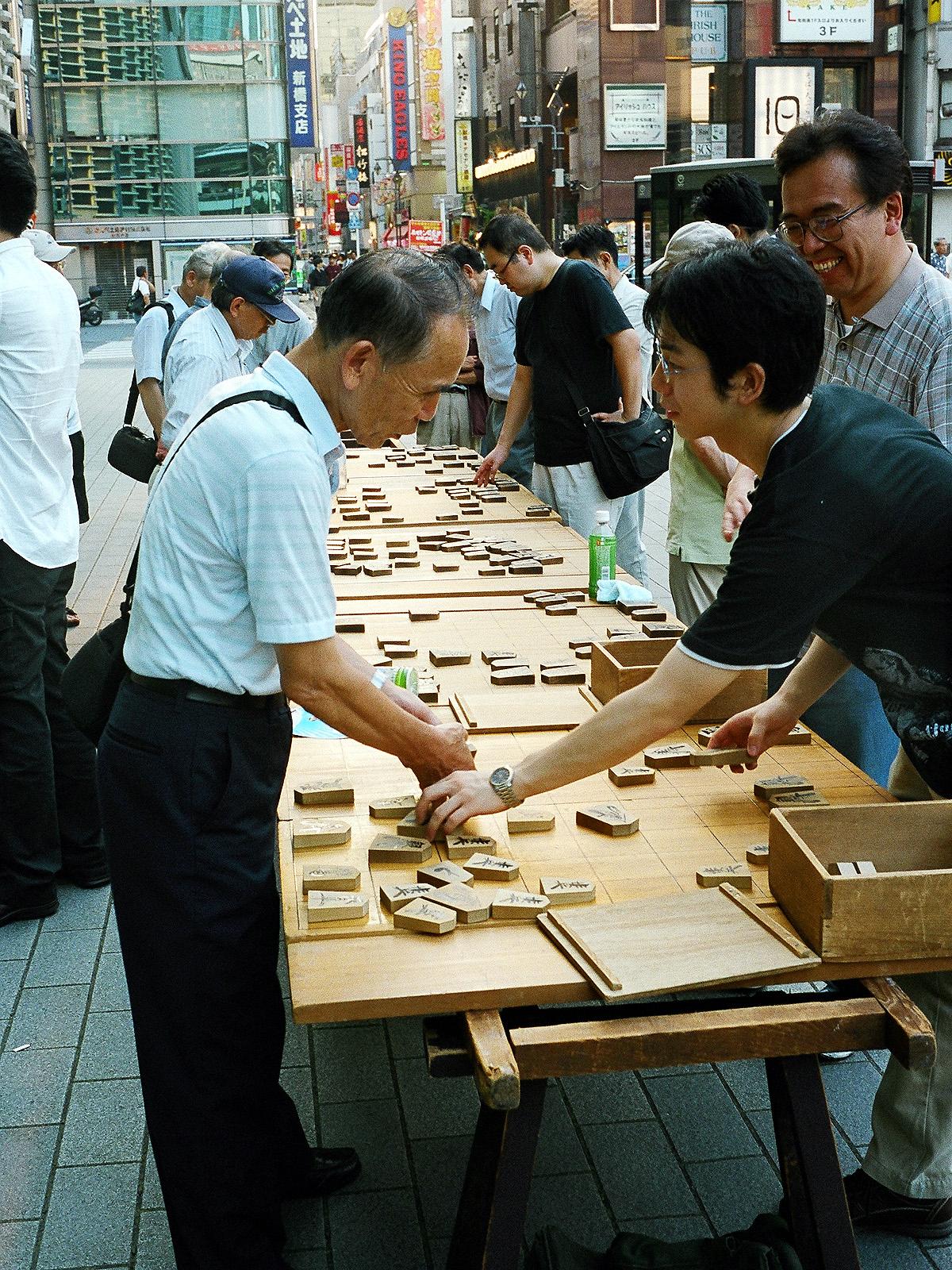 046 ニュー新橋ビル前の青空将棋 港区新橋2-16-1 20070811(07.35.35)