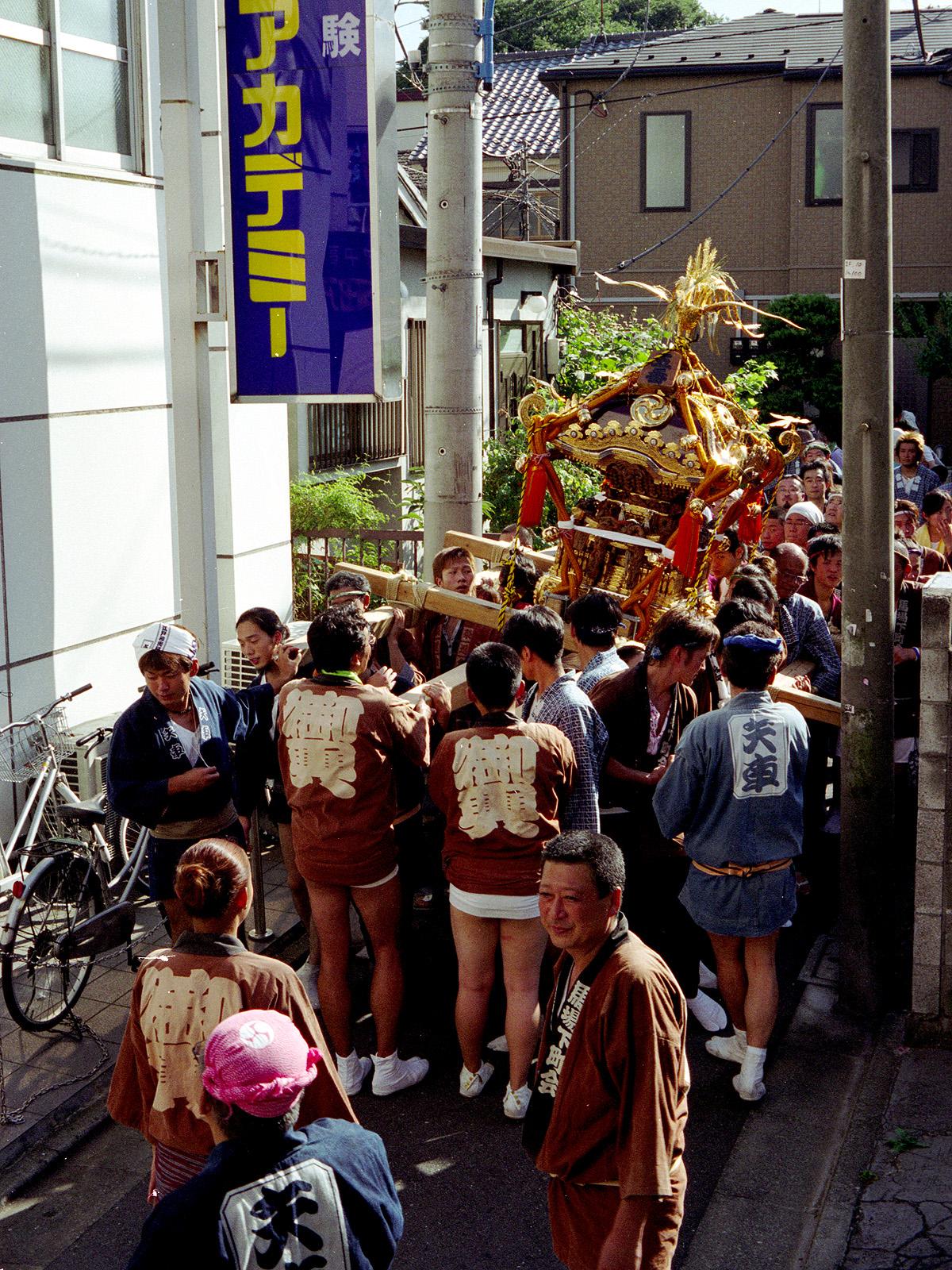059 狭い横丁をゆく穴八幡の神輿(馬場下町会)20050918(05.63.11)