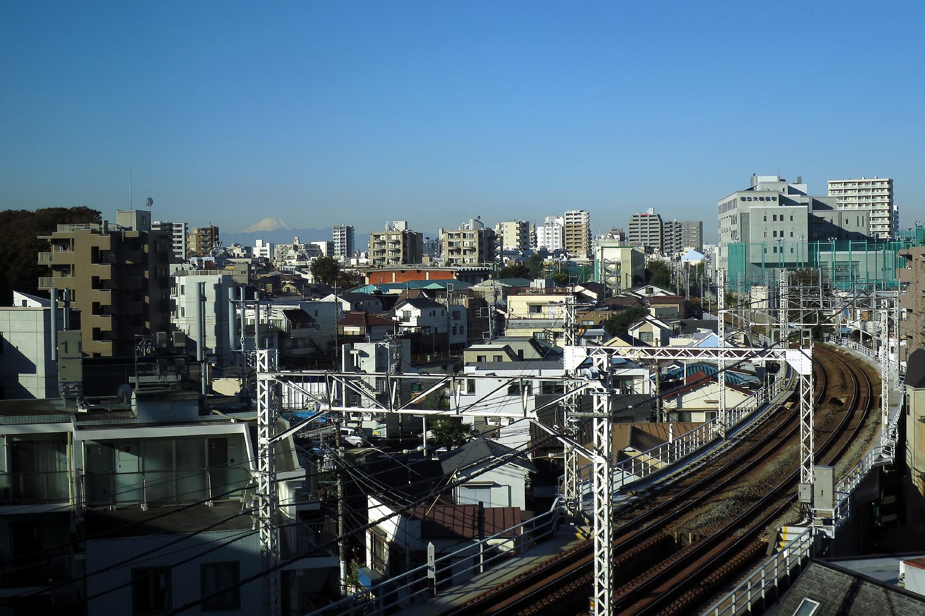 006 20151128 下神明駅あたりをゆく新幹線の車窓より富士山(2015_1128_084040)