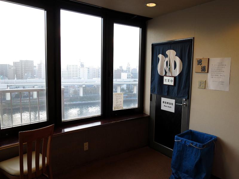 073_3 ホテルニュー魚眠荘の展望風呂からの眺め 台東区雷門2-20-4(2015_1103_065400)
