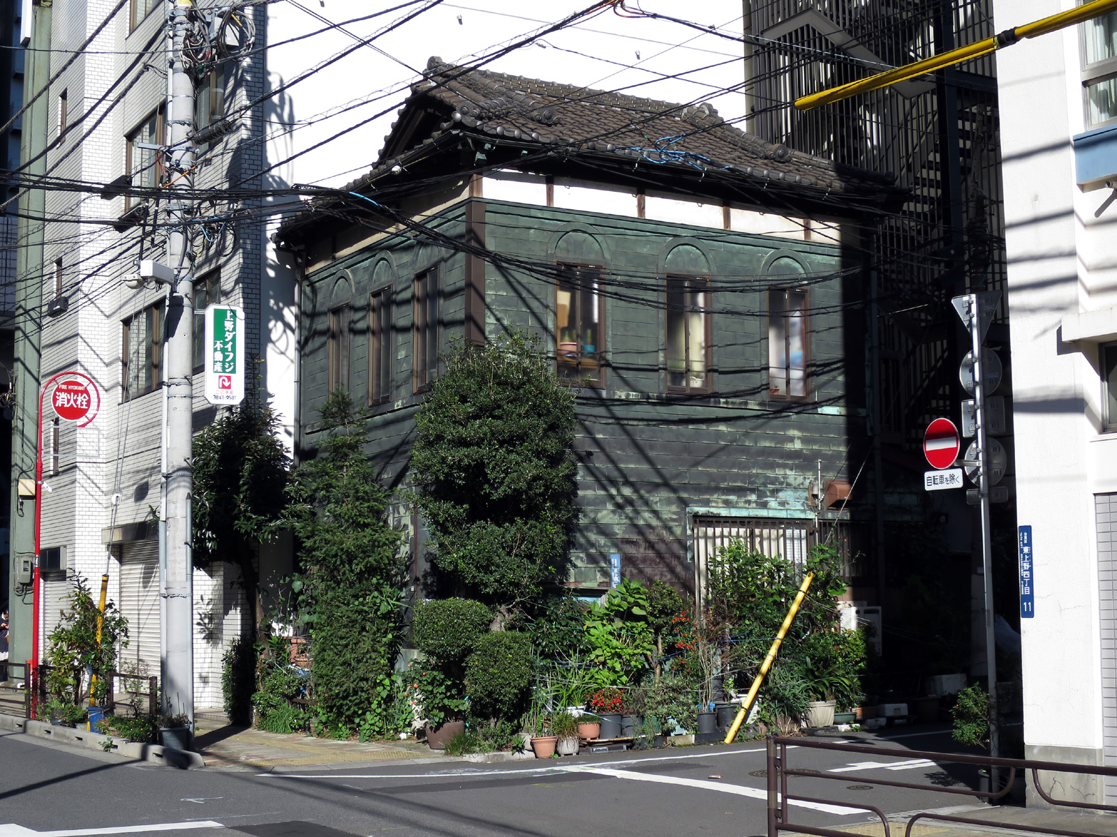 080 入母屋銅板貼和洋折衷民家 台東区東上野4-10-1(2015_1128_093700)