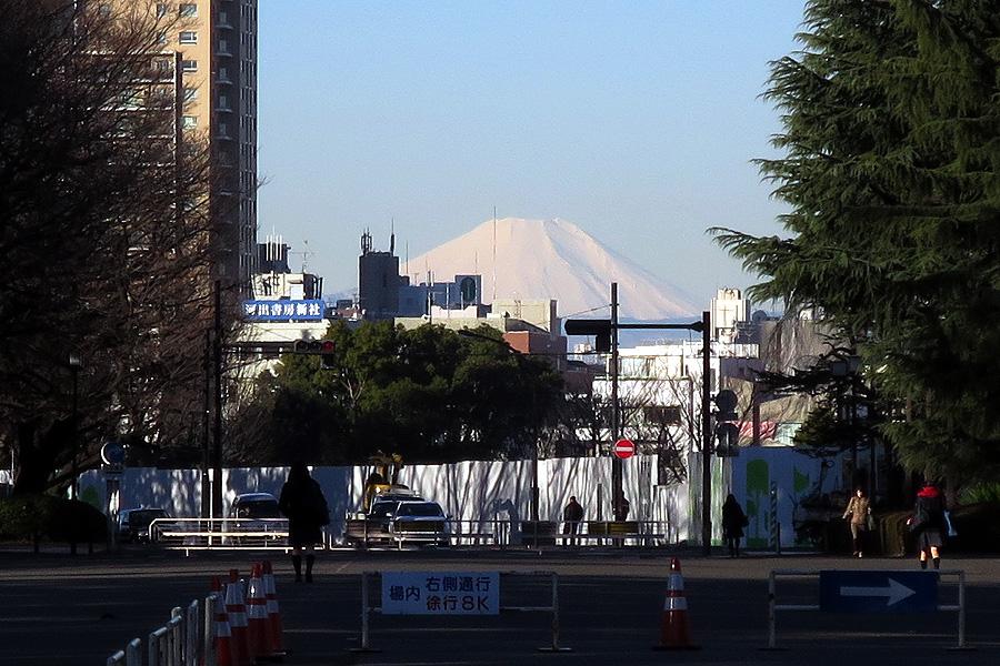 010_3 国立競技場の解体で出現した富士山(2016_0217_080125)