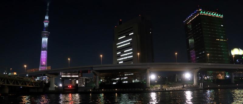 092_1 アサヒビールタワーに映る東京スカイツリー(2017_0404_190411_stitch)