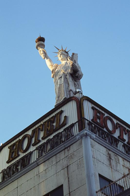 114 「ホテル・ニューヨーク」の自由の女神 東京都武蔵野市吉祥寺本町1-31-8 20071209(07.65.31)bis