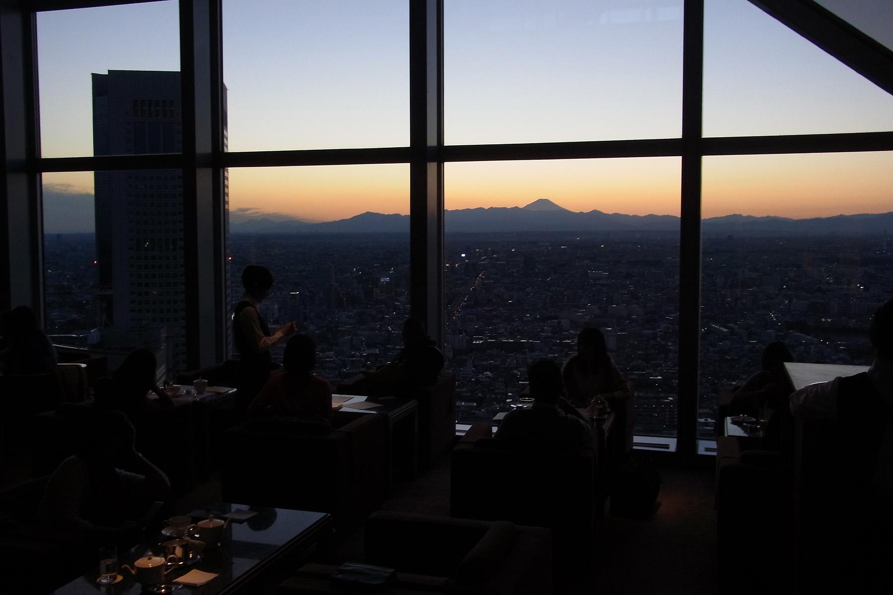 016_1 「パークハイアット東京」41階「ピーク ラウンジ」より富士山(夕)(2013_0101_165148)